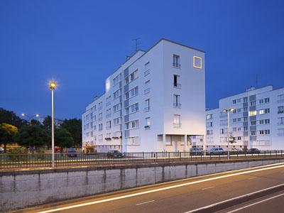 Bâtiment avec logo éclairé - Photographe Eclairage