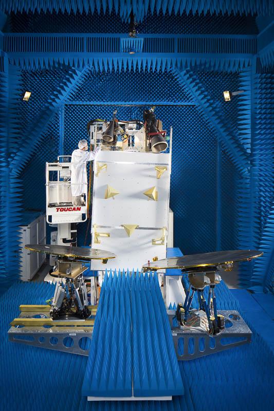 Antenne en champ proche - Arsat 2 Ku face Est - Photographe corporate